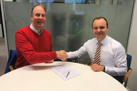 Bert Monna, CEO Hyperion Technologies (left) and Kees Buijsrogge, Director Space at TNO (right) at the signing of the Licence Agreement - Note: This picture was taken before the corona pandemic and shaking hands was still allowed. / Copyright Hyperion Tec